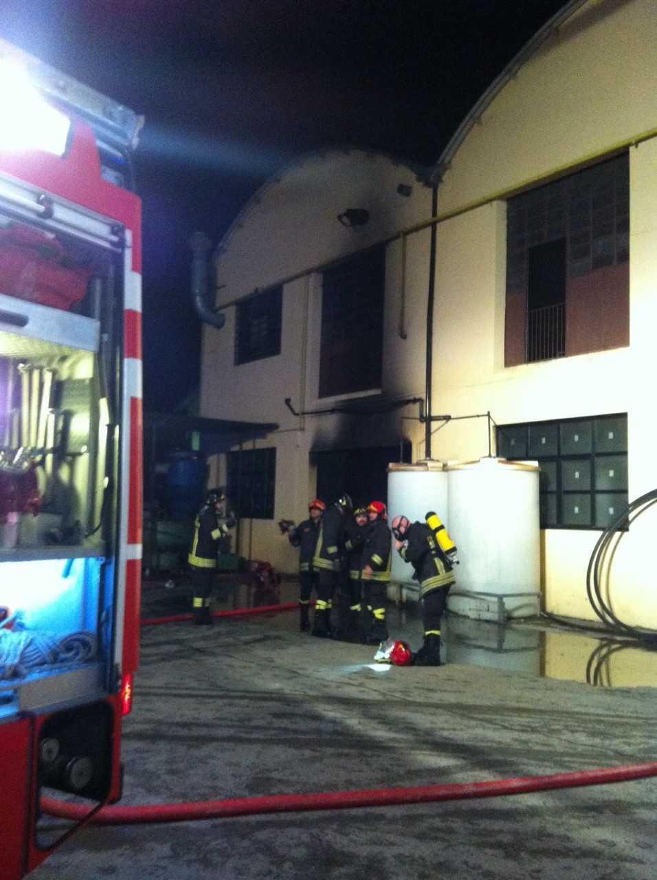 In fiamme un capannone delle industrie Saleri di via Ruca. Le fiamme sono  visibili anche da lunga distanza. In fiamme anche alcune auto. 24626a8d94f